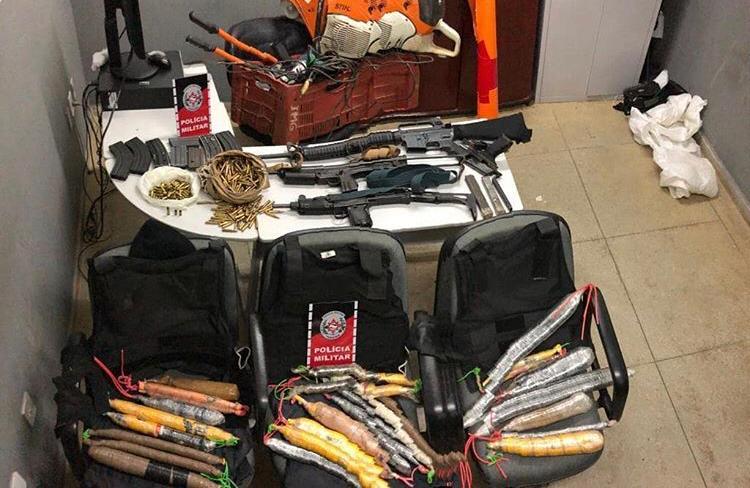 A Polícia Militar interceptou uma quadrilha, no início da madrugada desta segunda-feira (15), na cidade de Teixeira, e apreendeu todo o material que o bando estava transportando para possivelmente atacar bancos no Sertão da Paraíba, esta semana