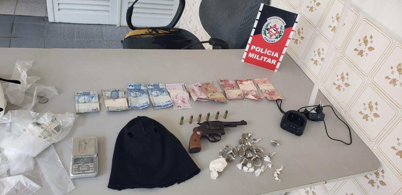POLÍCIA MILITAR APREENDE ARMA DE FOGO E SUBSTÂNCIAS ENTORPECENTES EM POMBAL