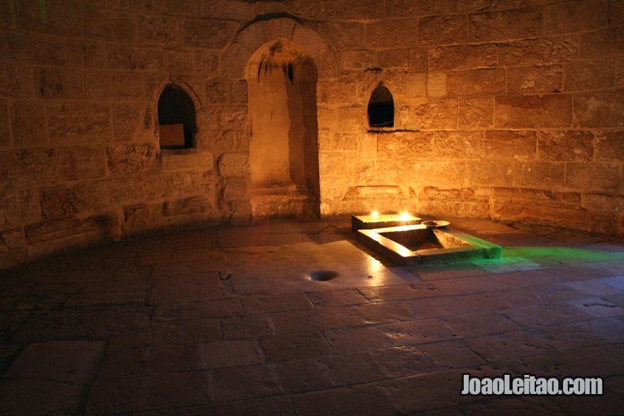 Interior da Capela da Ascensão de Jesus no Monte das Oliveiras em Jerusalém