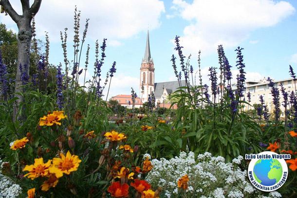 Igreja e jardim na cidade de Darmstadt na Alemanha - Viagem na Alemanha