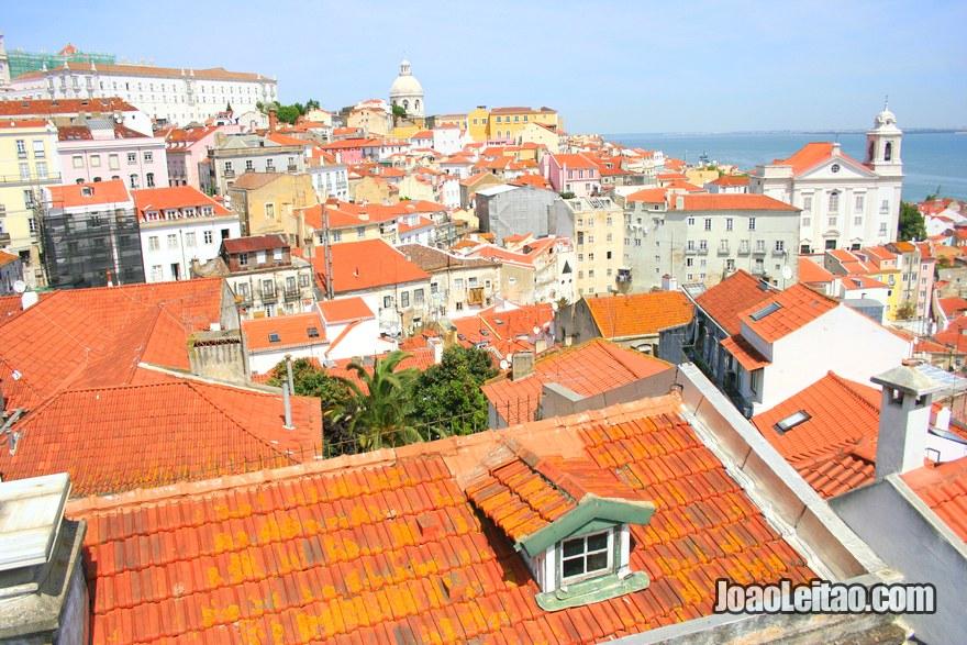 Foto da vista desde o Miradouro das Portas do Sol em Lisboa