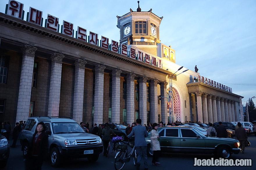 À porta da estação de comboios de Pyongyang
