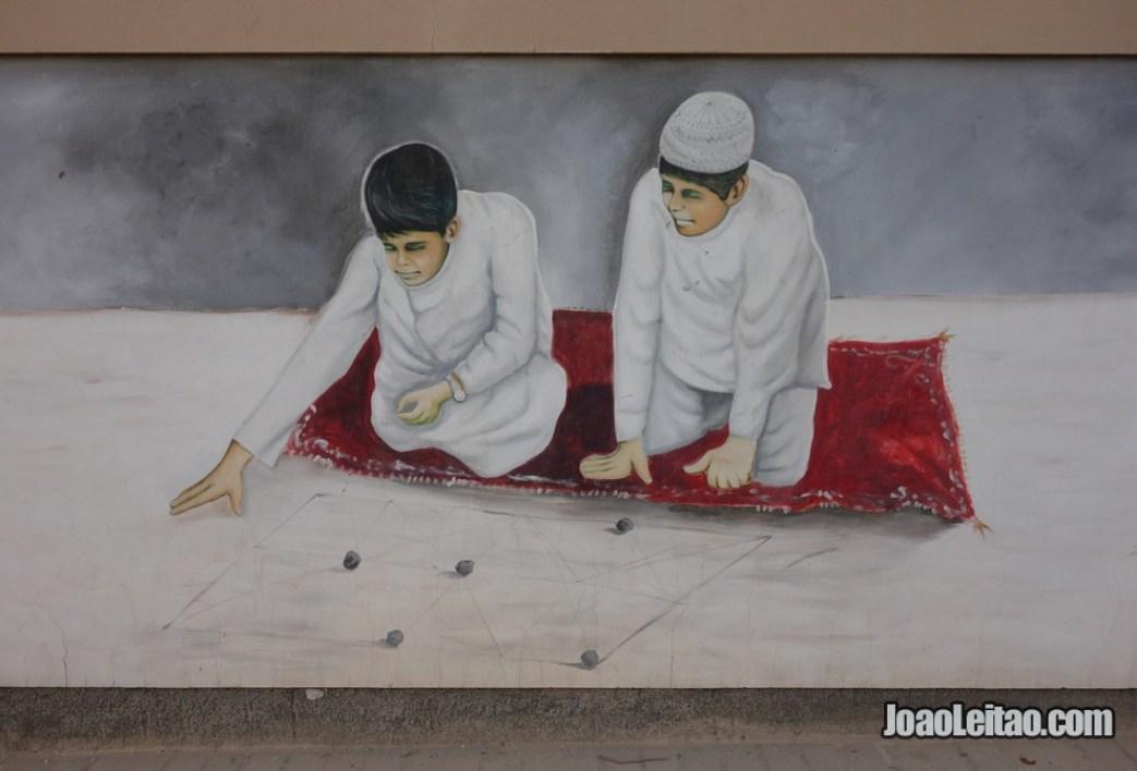 Pinturas murais no Bahrein representando aspectos tradicionais do país