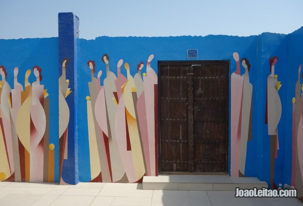 Muro pintado na zona histórica da Rua na zona história da Indústria perlífera do Bahrein