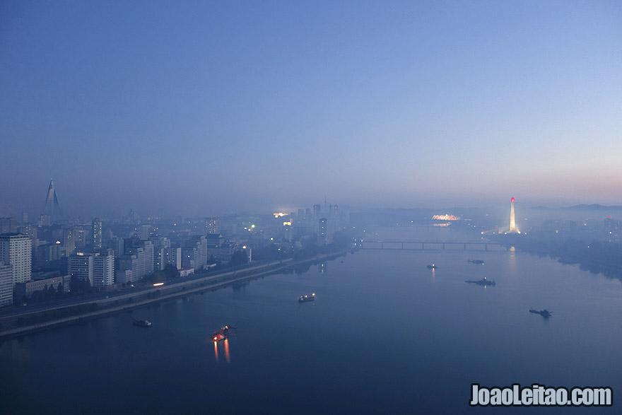 A vista sobre Pyongyang da janela do hotel