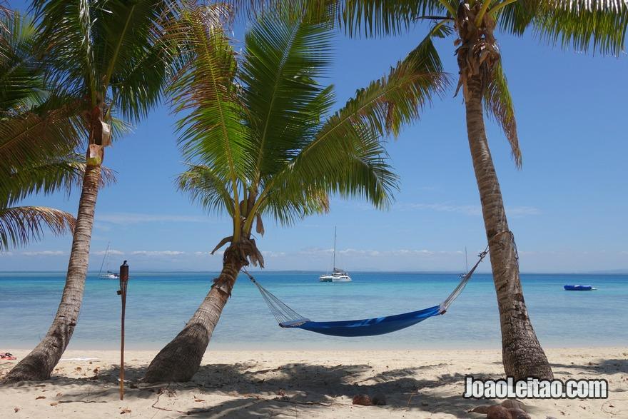 Descansar e relaxar numa praia paradisíaca deitado numa rede