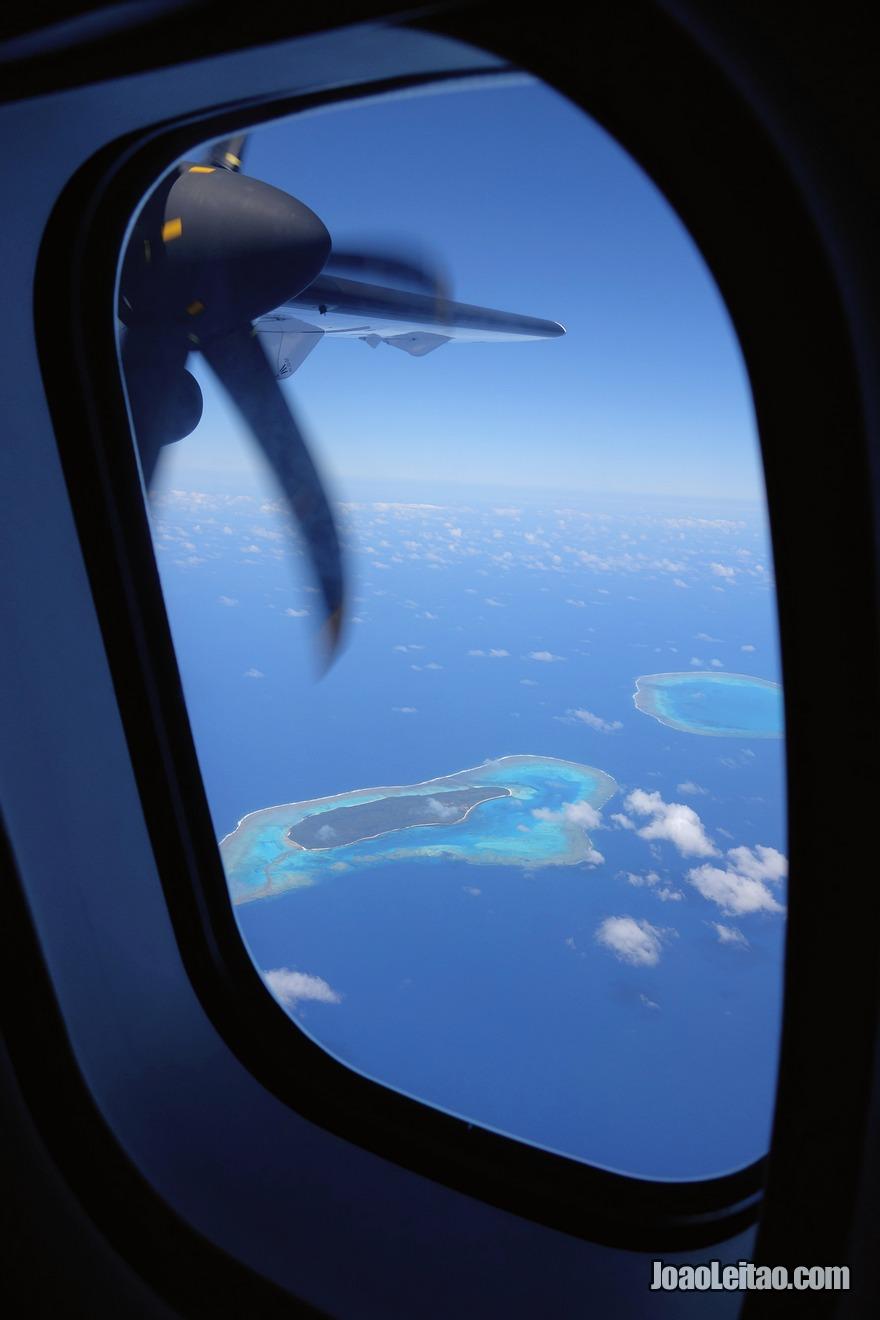 Sobrevoar as Ilhas Fiji e ficar deslumbrado com as cores da água