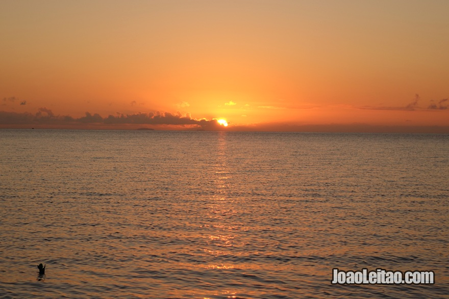 Aproveitar um nascer do Sol em Leleuvia