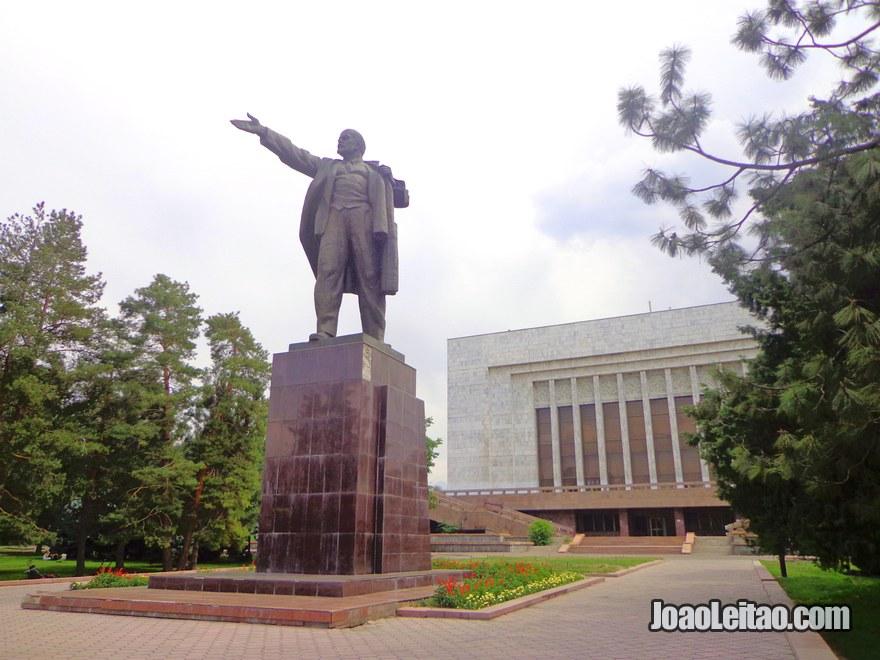 Estátua de Lenine no centro de Bishkek. Antigamente esta estátua estava colocada na Praça Ala-Too