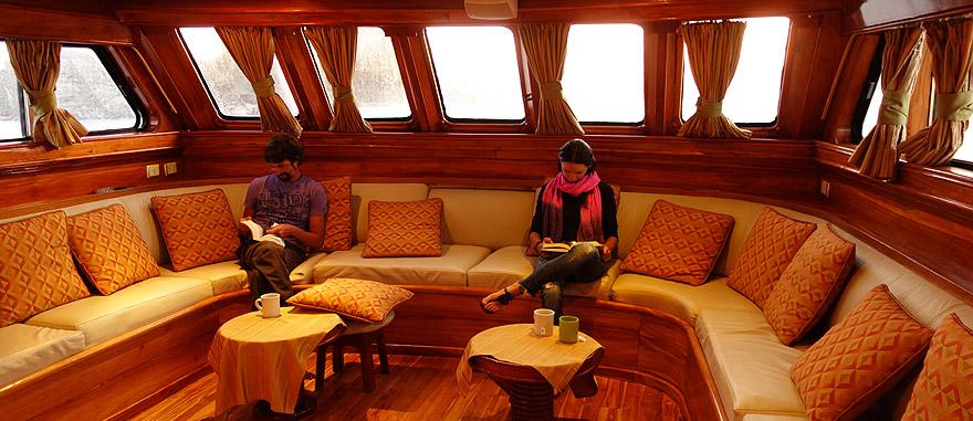 Sala de estar do cruzeiro nas Galápagos Estrella del Mar