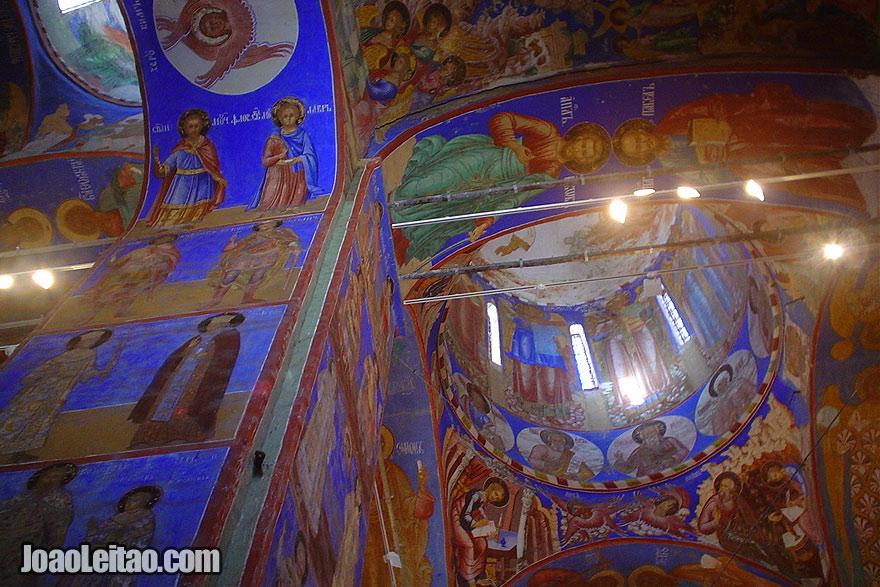 No interior de uma igreja ortodoxa russa