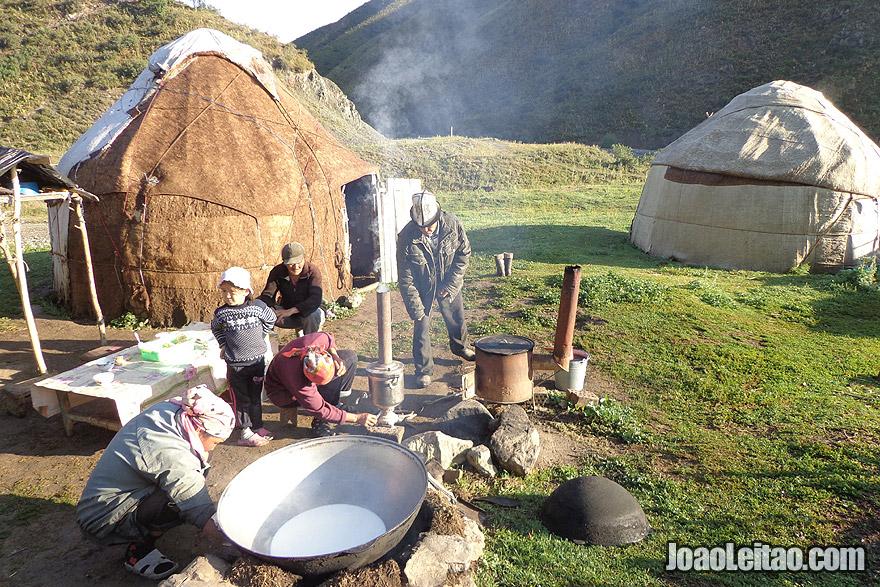 Família nómada a confeccionar vários derivados do leite
