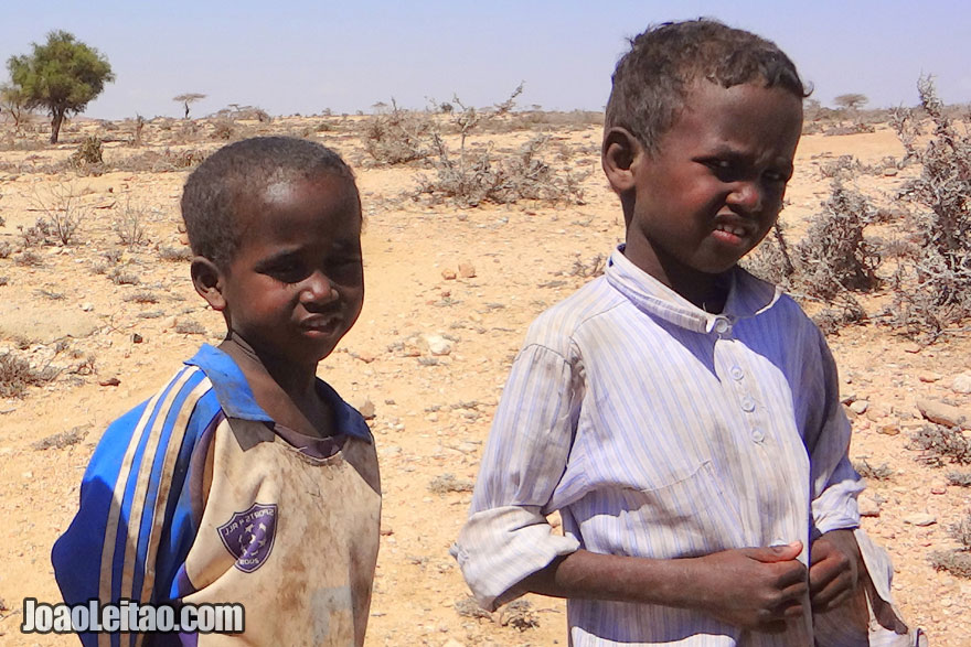 Children on the way to Laas Geel