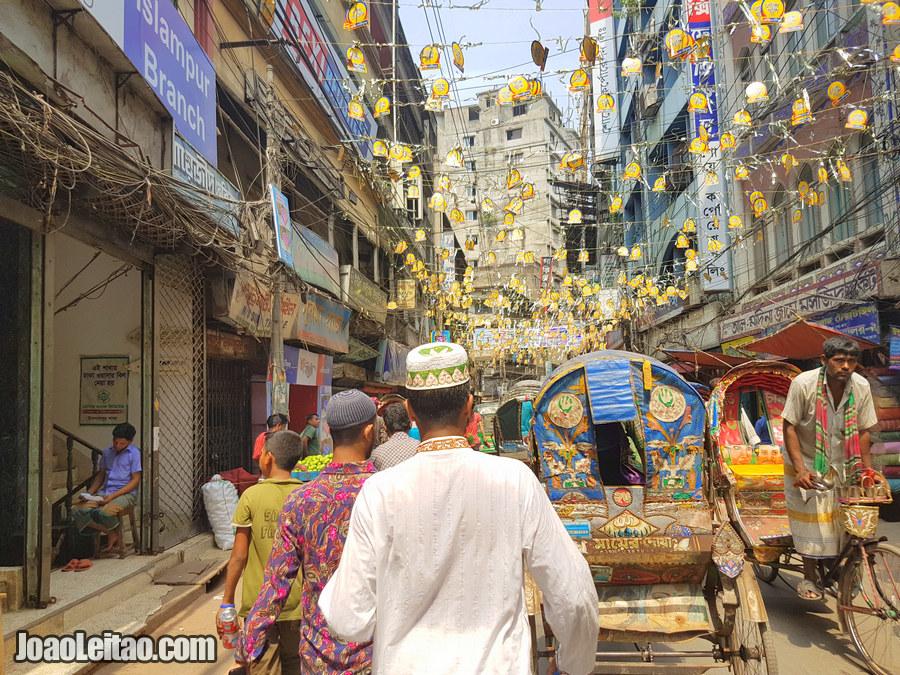 Rua movimentada de Babu Bazaar – Visitar Daca