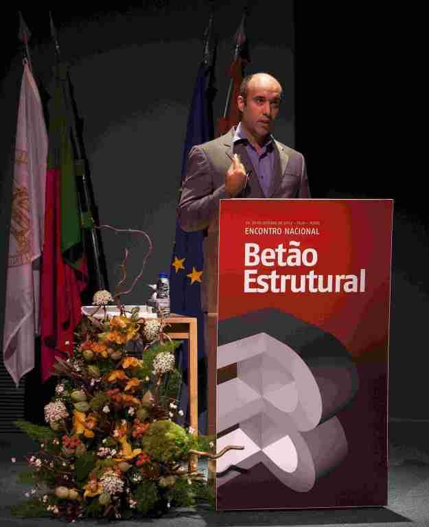João Rio a apresentar o trabalho sobre deteção de dano no auditório principal da FEUP