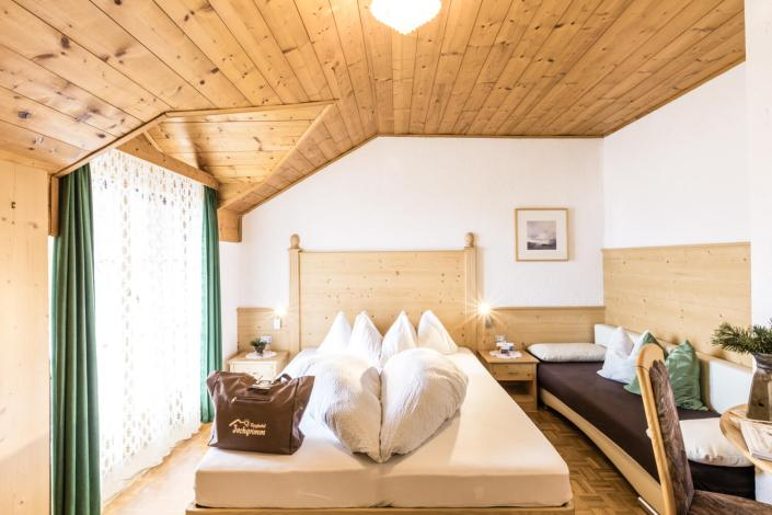 Zimmer im Berghotel Jochgrimm: das Naturhotel in Südtirol