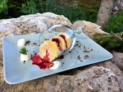 Dessert auf Stein in den Dolomiten Südtirol