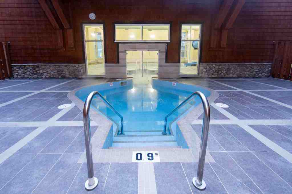 canmore hotels with hot tub