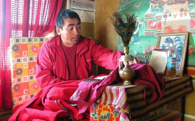 Bhutan, monnik in huisje op de route naar Taktsang Palphug Monastery oftewel Tiger's Nest