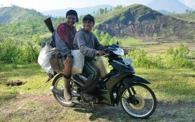 Naar het werk, Bajawa, Flores, Indonesië, 2012