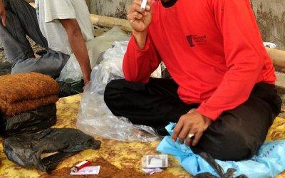 Tabaksverkoper op markt in de buurt van Tetebatu, Lombok, Indonesië, 2012