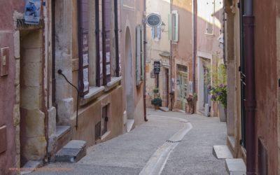 Straatje in Roussillon, Provence, Frankrijk, 10-7-2016
