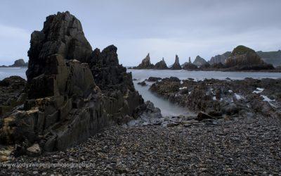 Eén van de mooiste uitzichten op Playa Gueirua is op deze rij spitse rotsen.