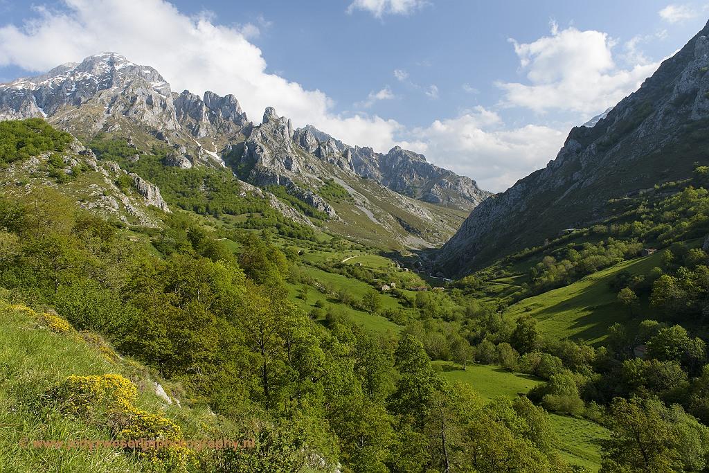 Vlak vóór de bocht naar Sotres, Picos de Europa, Spanje, 22-5-2018