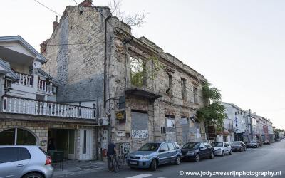 Oorlogsschade recht achter historische binnenstad, Mostar, Bosnië, september 2019