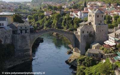 Stari Most vanuit Koskin-Mehmed Pasha's Moskee, Mostar, Bosnië, september 2019
