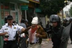 SAN SALVADOR ATENCO, ESTADO DE MEXICO 03MAY02006.- Habitantes de San Salvador Atenco se enfrentaron a policias estatales debio a un conflicto con comerciantes en Texcoco. FOTO: Nelly Salas/CUARTOSCURO.COM