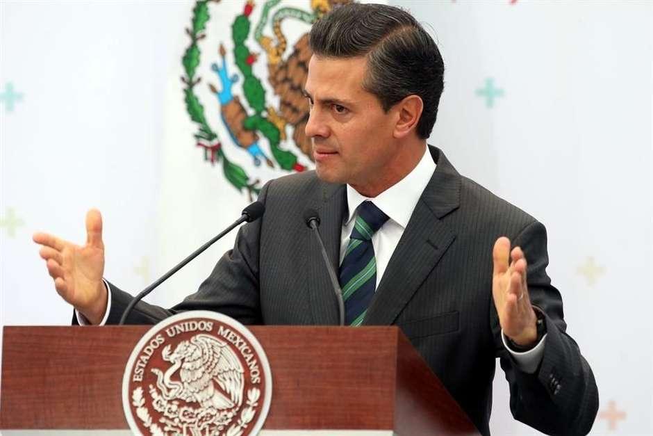 Peña Nieto inaugura canal, campesinos denuncian mala calidad de construcción