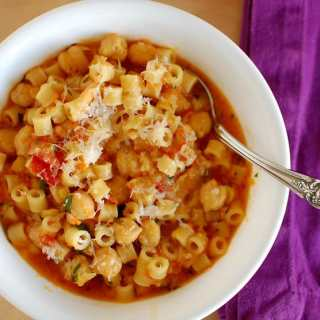 One pot pasta and chickpeas. Simple ingredients and so tasty. | joeshealthymeals.com