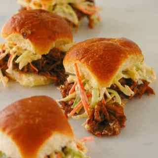 BBQ Jackfruit sliders. Just like pulled BBQ pork,except it is vegetarian. Deliciou stuff! | joeshealthymeals.com