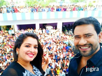 amrapali dubey and dinesh lal yadav nirahua with fans