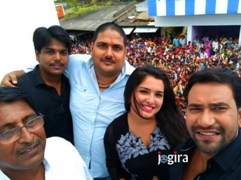dinesh lal yadav nirahua and amrapali dubey with fans