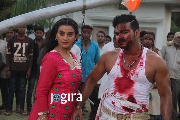 भोजपुरी फिल्म सईया सुपरस्टार में अक्षरा सिंह और पवन सिंह के साथ