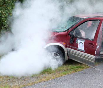 Bil som har krockat med rök som väller ur motorhuven