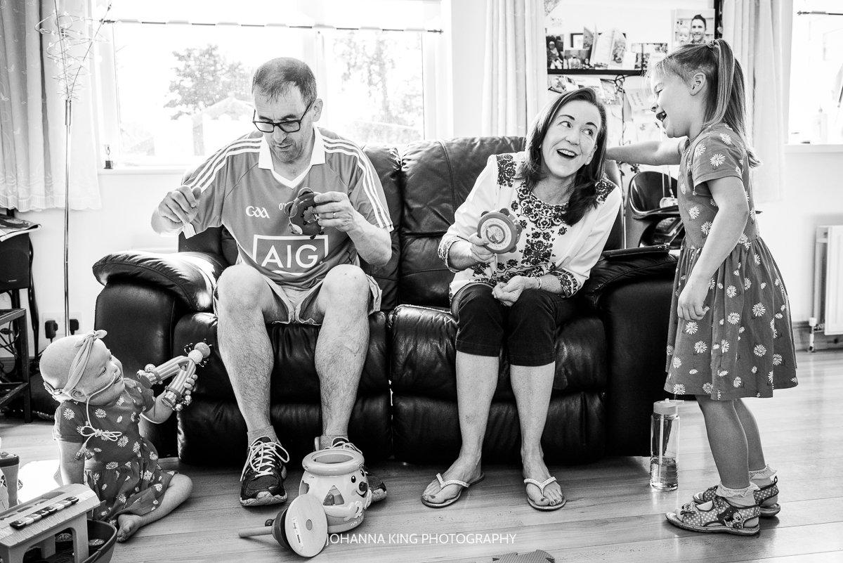 Réiltín's family playing music and dancing