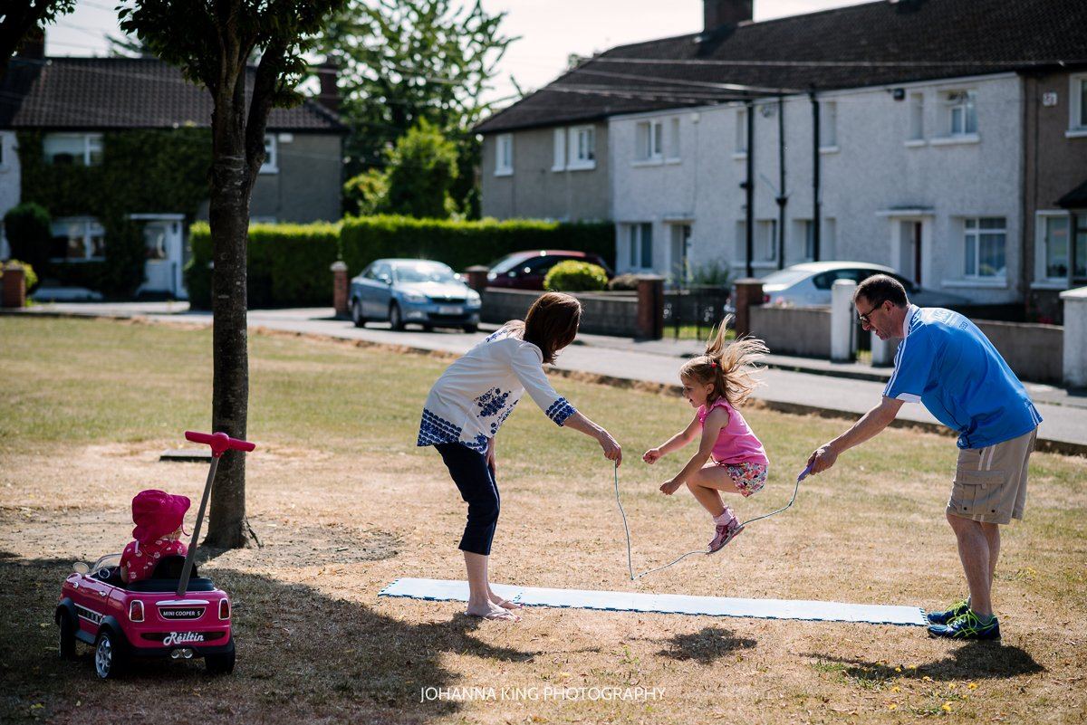 Réiltín's parents playing with their older daughter cord jumping