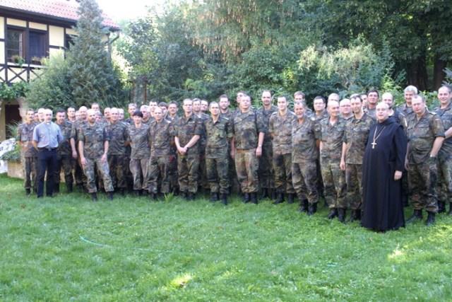 Gruppenbild, links Militärseelsorger Ziegner, rechts. Prior Schwarz.