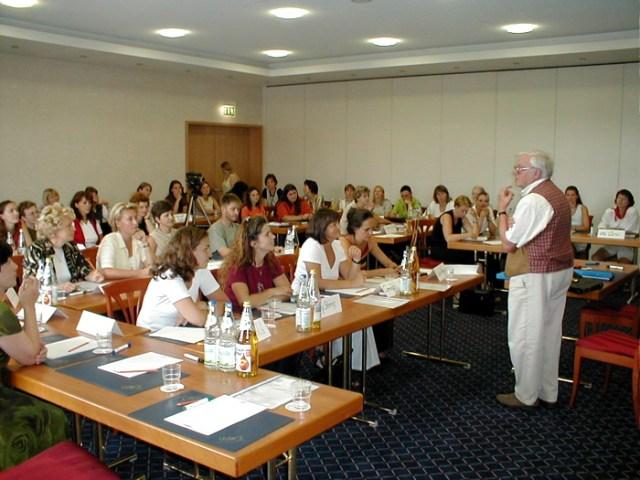 Herr Potthast von der Barbara - Schadeberg - Stiftung spricht zu den Grundschullehrerinnen.