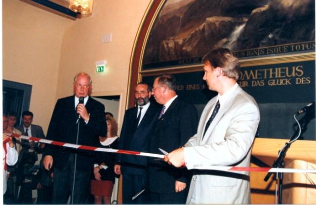 Die Gesamtrenovierung des Gymnasiums ist am 07.09.2001 abgeschlossen.