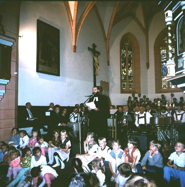 Ortspfarrer Johannes Ziegner leitet den Festgottesdienst mit ca. 800 Gottesdienstbesuchern. Im Hintergrund die Crocker- und Wuppertaler Blasmusik, der Crocker Kirchenchor und im Vordergrund der Crocker Kinderkirchenchor.