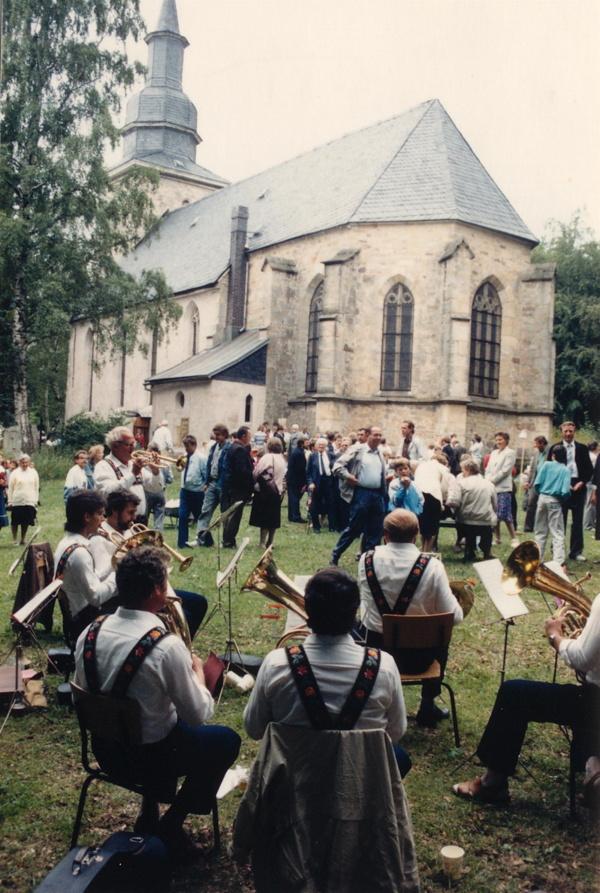 Nach dem Gottesdienst das Gemeindefest auf der Kirchenwiese, 1989.