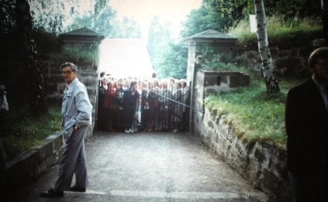 Die Besucher warten geduldig am Kirchentor.