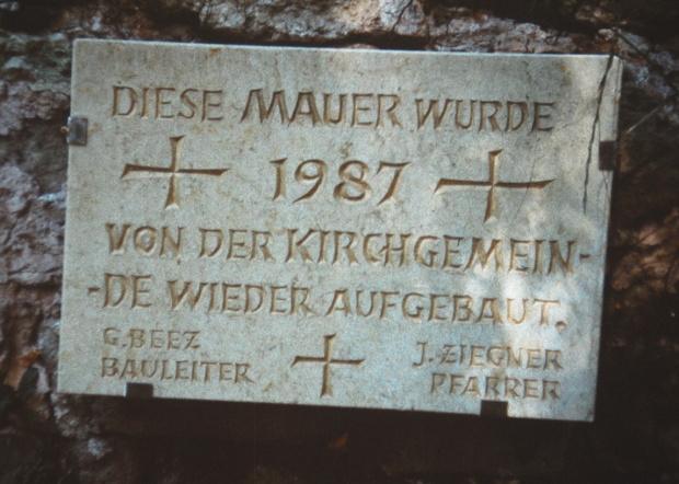 Die Erinnerungstafel wurde vom Steinmetzen aus Eisfeld gespendet und an der Mauer angebracht.