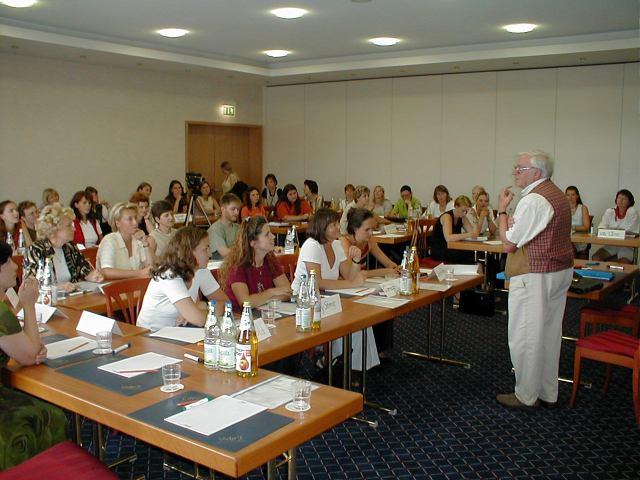 Karl Heinz Potthast spricht vor allen Grundschullehrern Evangelischer Schulen in Teistungen