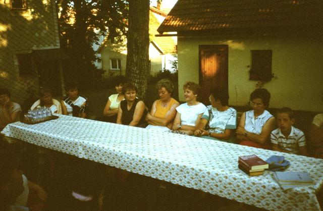 Frauenkreis Crock im Pfarrgarten, 1988.