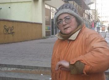 Ea este femeia care mi-a cerut bani cu japca şi pe care am refuzat-o în mod periculos. În imagine este deja nervoasă, dar totuşi îşi ascunde furia la apariţia telefonului.